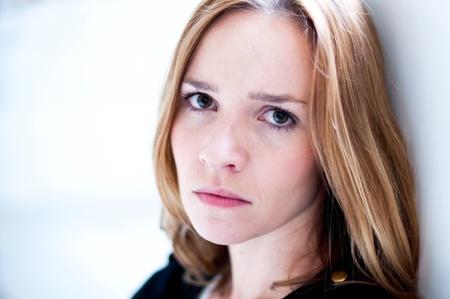 ragazza depressa: Depresso, donna triste su sfondo bianco