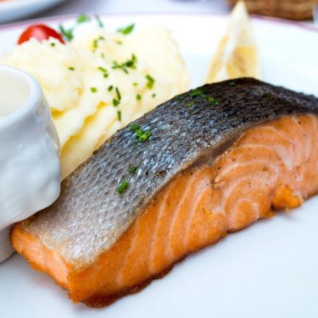 Gegrillter Lachs - mit frischem Salat und Kartoffelpüree Lizenzfreie Bilder