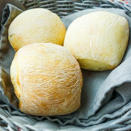 canasta de pan: pan en la canasta - pequeños panes rollo en la cesta sobre la mesa Foto de archivo