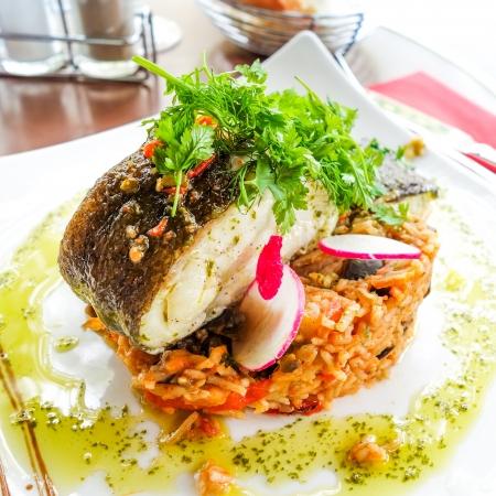 plato de pescado: Buena cocina comedor - plato francés en la mesa