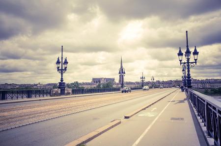 ボルドー、フランスのヨーロッパの古い石の橋