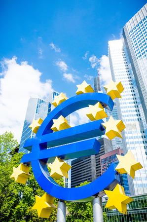 zone euro: Euro Sign - 16 mai: Euro signe. Banque centrale europ�enne (BCE) est la banque centrale de l'euro et administre la politique mon�taire de la zone euro. 16 mai 2014 � Francfort, en Allemagne.