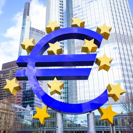 zone euro: Euro Sign - 12 F�vrier: Euro Sign. Banque centrale europ�enne (BCE) est la banque centrale pour l'euro et administre la politique mon�taire de la zone euro. Le 12 f�vrier 2014 � Francfort, en Allemagne.