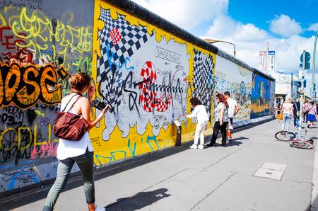 BERLIJN, DUITSLAND-31 juli 2014: Berlijnse Muur was een barrière geconstrueerd beginnend op 13 augustus 1961. East Side Gallery is een internationaal monument voor de vrijheid. 31 juli 2014 in Berlijn