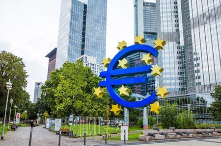 zone euro: Francfort, Allemagne 16-Ao�t: Euro Sign. Banque centrale europ�enne (BCE) est la banque centrale de l'euro et g�re la politique mon�taire de la zone euro. 12 f�vrier 2014 � Francfort, en Allemagne.