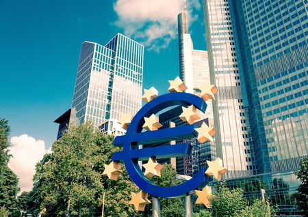 zone euro: Francfort, Allemagne 16-Ao�t: Euro Sign. Banque centrale europ�enne (BCE) est la banque centrale pour l'euro et administre la politique mon�taire de la zone euro. Le 12 f�vrier 2014 � Francfort, en Allemagne. Editeur