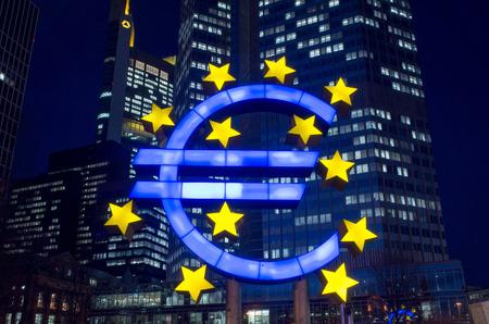 zone euro: Francfort, Allemagne 12-F�vrier: Euro Sign. Banque centrale europ�enne (BCE) est la banque centrale pour l'euro et administre la politique mon�taire de la zone euro. Le 12 f�vrier 2014 � Francfort, en Allemagne.