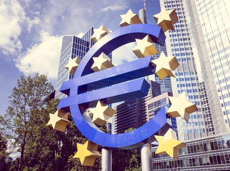 zone euro: Francfort, Allemagne 17-mai: Euro Sign. Banque centrale europ�enne (BCE) est la banque centrale pour l'euro et administre la politique mon�taire de la zone euro. 17 mai 2014 � Francfort, en Allemagne.