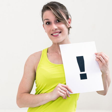point exclamation: portrait jeune femme avec un point d'exclamation bord