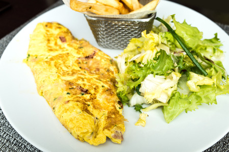 salade verte: omelet with ham tomato and green salad Banque d'images