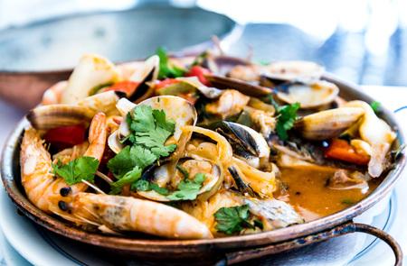calamares: Primer plano olla de sopa de mariscos de mezcla.