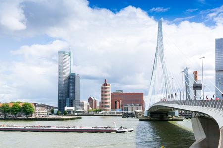 ROTTERDAM, Nederland - 10 augustus 2016: Street view van Rotterdam City Nederland. terug naar 1270 toen een dam in de rivier de Rotte werd gebouwd door mensen geregeld rond het voor de veiligheid.