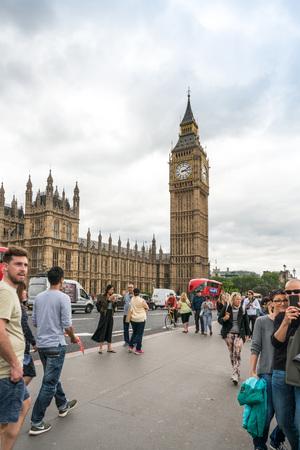 ロンドン、イギリス - 2016 年 6 月 21 日。ビッグ ・ ベン ロンドン、イギリスの伝統的なストリート ビュー 報道画像