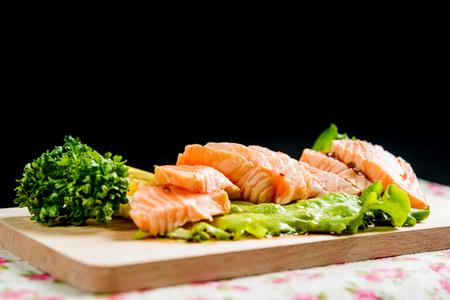 Salmon Tataki Filets de saumon japonais Banque d'images - 77734225