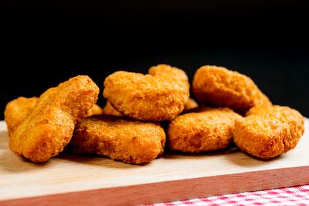 gefrituurde kipnuggets op tafel Stockfoto