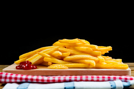 Goldene Pommes-Frites, die bereit sind gegessen zu werden Standard-Bild - 87645088