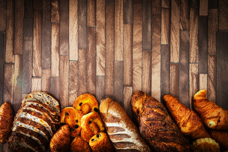 freshly baked French bread table background Banque d'images