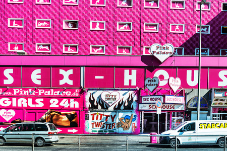 HAMBURG, GERMANY - JULY 24, 2018 : red-light district brothels and strip clubs at the Reeperbahn in Hamburg, Germany. 에디토리얼