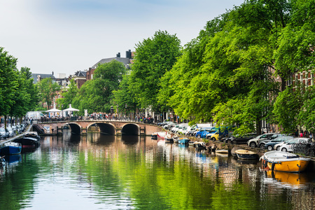 Amsterdam, Netherlands - May 23, 2018: Beautiful view of Amsterdam canals with bridge and typical dutch houses. Amsterdam, Netherlands Redactioneel