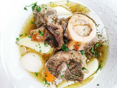 """Délicieuse recette française maison appelée """"Pot au feu"""" avec ragoût de boeuf et pommes de terre dans un bol blanc préparé pour manger Banque d'images"""