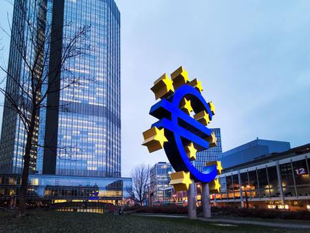 Francoforte, Germania - 22 gennaio 2019: Simbolo dell'euro. La Banca centrale europea (BCE) è la banca centrale dell'euro e gestisce la politica monetaria dell'Eurozona a Francoforte, in Germania.