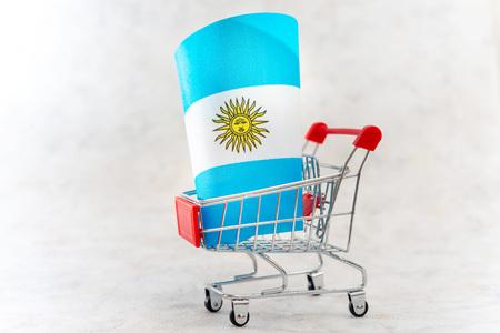 Geschäftskonzeptfoto - Warenkorb mit Argentinien-Flagge Standard-Bild