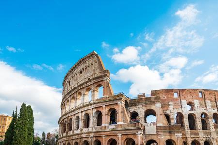 Roma, Italia - 17 de enero de 2019: anfiteatros romanos en Roma, lugares al aire libre circulares u ovalados con asientos elevados construidos por los antiguos romanos, Roma, Italia