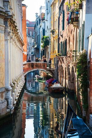 VENEDIG, ITALIEN - 21. Dezember 2017: Touristen auf Wasserstraße mit Gondel in Venedig, ITALIEN