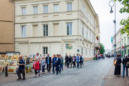 Vilna, Lituania - 2 de septiembre de 2017: La gente camina por una calle en el casco antiguo de Vilnius, Lituano