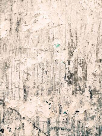 ヴィンテージの古いポスターが貼り付け、あなたのグランジの背景のための壁に引き裂かれました 写真素材