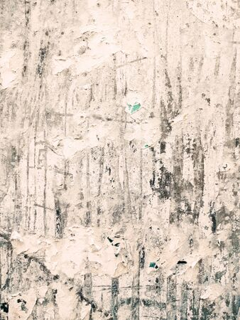Vintage stare plakaty naklejone i podarte na ścianie na tle grunge Zdjęcie Seryjne