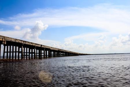 Ponte sobre lagoa em Thalaynoi, prov�ncia Phathalung, Sul da Tail�ndia