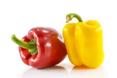 Vermelho e amarelo pimenta doce isolado no fundo branco Banco de Imagens