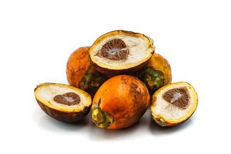 Maduro nozes areca ou noz de areca no fundo branco, Betel ou noz de betel é o fruto da palmeira Areca catechu