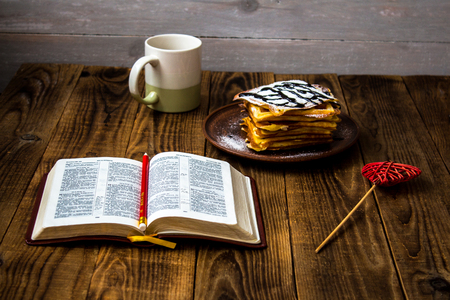 waffles tea and bible on wooden background Banque d'images