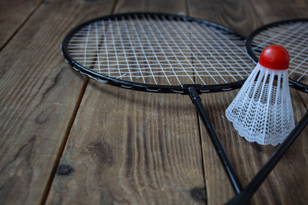 a badminton rocket and for a game badminton on wooden background Banco de Imagens