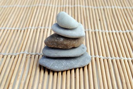 zen pietre a sfondo bamb�. concetto di meditazione, armonia, relax e benessere