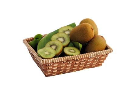 kiwi intero e affettato in un cestino di paglia