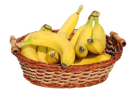 le banane in un cestino di paglia isolato su sfondo bianco