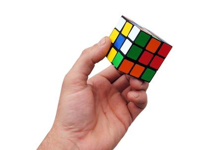 man mano tiene un cubo di Rubik su sfondo bianco