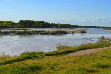 terreni agricoli del paesaggio con fiume e alberi