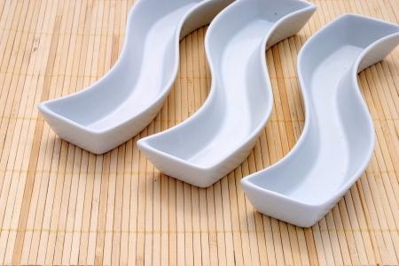 placemat: tre piatti bianchi su una tovaglietta di bamb�