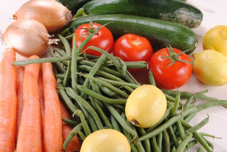 verdure fresche organici su un tavolo di legno Archivio Fotografico