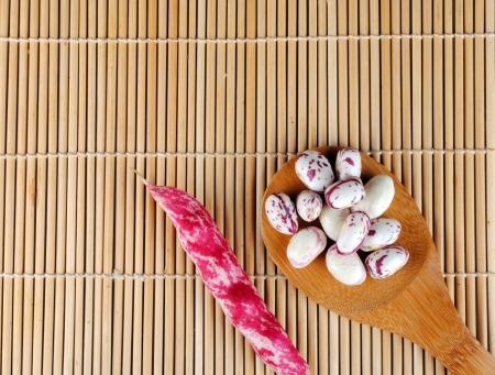fagioli viola su un cucchiaio su una tovaglietta di bamb�