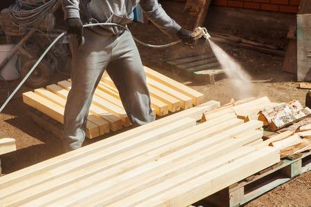 Application of flame retardant ensuring fire protection, airless spraying device. Standard-Bild