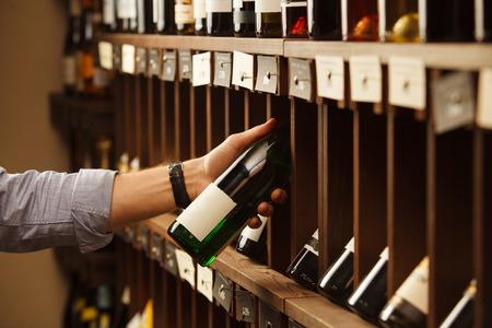 Un expert en vinification choisit le vin blanc d'élite en cave. Banque d'images - 81547709