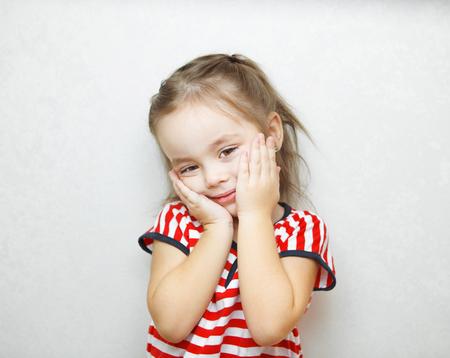 Mignonne petite fille avec des expressions faciales visage portrait Banque d'images - 91361359