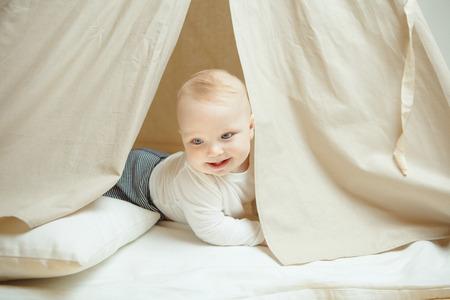 호기심 아이 베개와 어린이 텐트에 보인다 스톡 콘텐츠