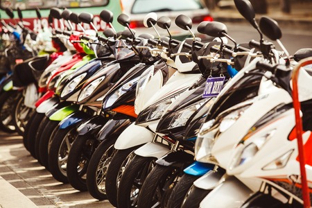 mopeds parked at the porch. rent and hire scooters. Banque d'images - 95519560