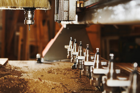 Przecinarka do drewna CNC, maszyna ze sterowaniem numerycznym. Zdjęcie Seryjne